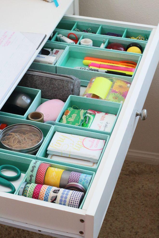 Caixas de presente foram encapadas e ajudam a organizar as gavetas.