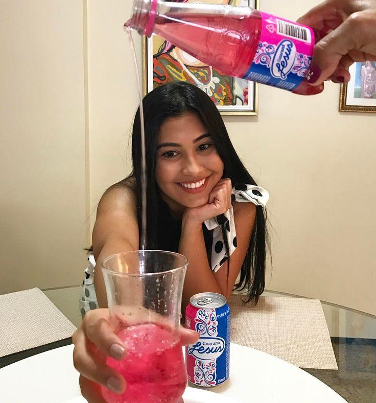 """""""Mamãeog, joga essa cachoeira de Guaraná Jesus aqui no meu copinho, ó! """"  Essa foto é resultado de umas 1261861 tentativas até sair uma decente pra participar da promoção VOCÊ BEM NA FOTO.  Pra participar é só se cadastrar em vcbemnafoto.com.br, postar fotos nesse site e no Instagram usando #TimeThay e #vcbemnafotococacola.  Se meu time tiver mais postagem que o do @Tirullipa, vou preparar uma surpresa (sinto cheiro de coisas grátis no ar hehe). Ps.:A promoção é aberta a todos que moram no…"""