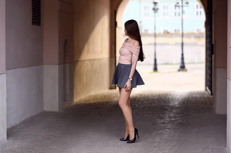 Różowy top, szara rozkloszowana spódniczka mini, czarne szpilki i rajstopy ze szwem | Ari-Maj / Personal blog by Ariadna Majewska