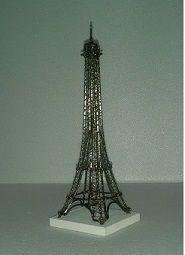 Torre Eiffel - mais uma peça feita com reaproveitamento de arames de pastas, que seriam jogados no lixo. By Negrete