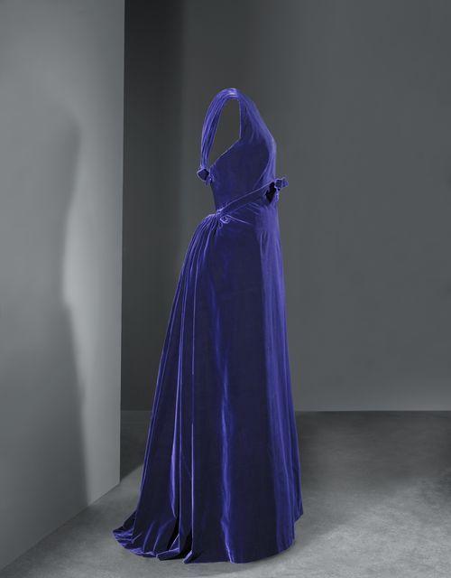 Vestido de noche en terciopelo azul real de 1956.