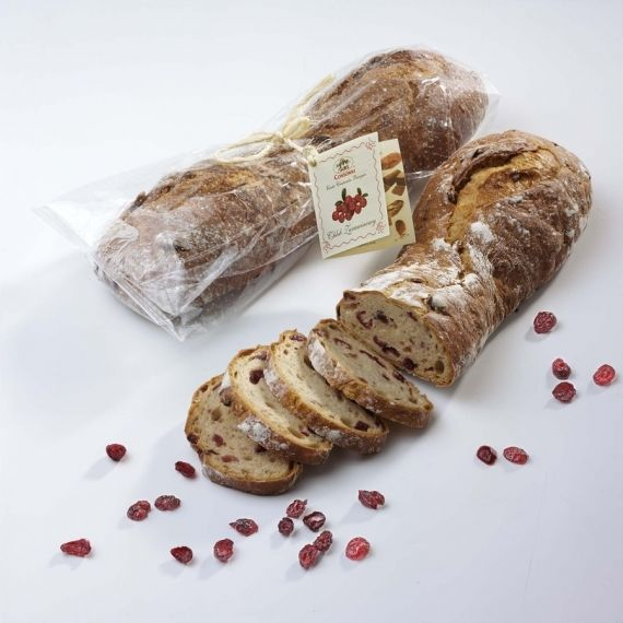 Chleb żurawinowy Chleb pszenno-żytni z dodatkiem serwatki mlecznej oraz z dużą ilością żurawiny wielkoowocowej z Północnej Ameryki, tworzony na naturalnie fermentującym zakwasie żytnim.