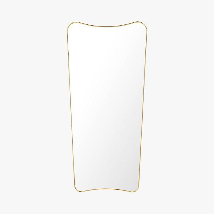 Miroir FA 33 conçu à l'origine en 1933 par Gio Ponti.  Avec sa forme courbée pure et légère et l'expression iconique, le miroir F.A.33 éternel ajoute une touche d'élégance à n'importe quel style intérieur.   Dimensions : 140x70 cm