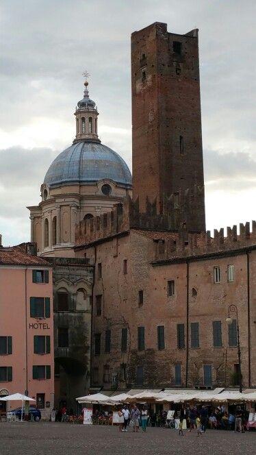 Cupola di S.Andrea e torre della gabbia da piazza Sordello.