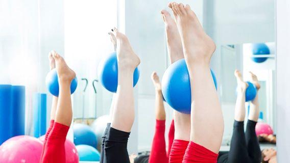 Chaise Muscle : Quadriceps Équipement : Ballon (optionnel) 1. Debout, adossé à un mur, les pieds l