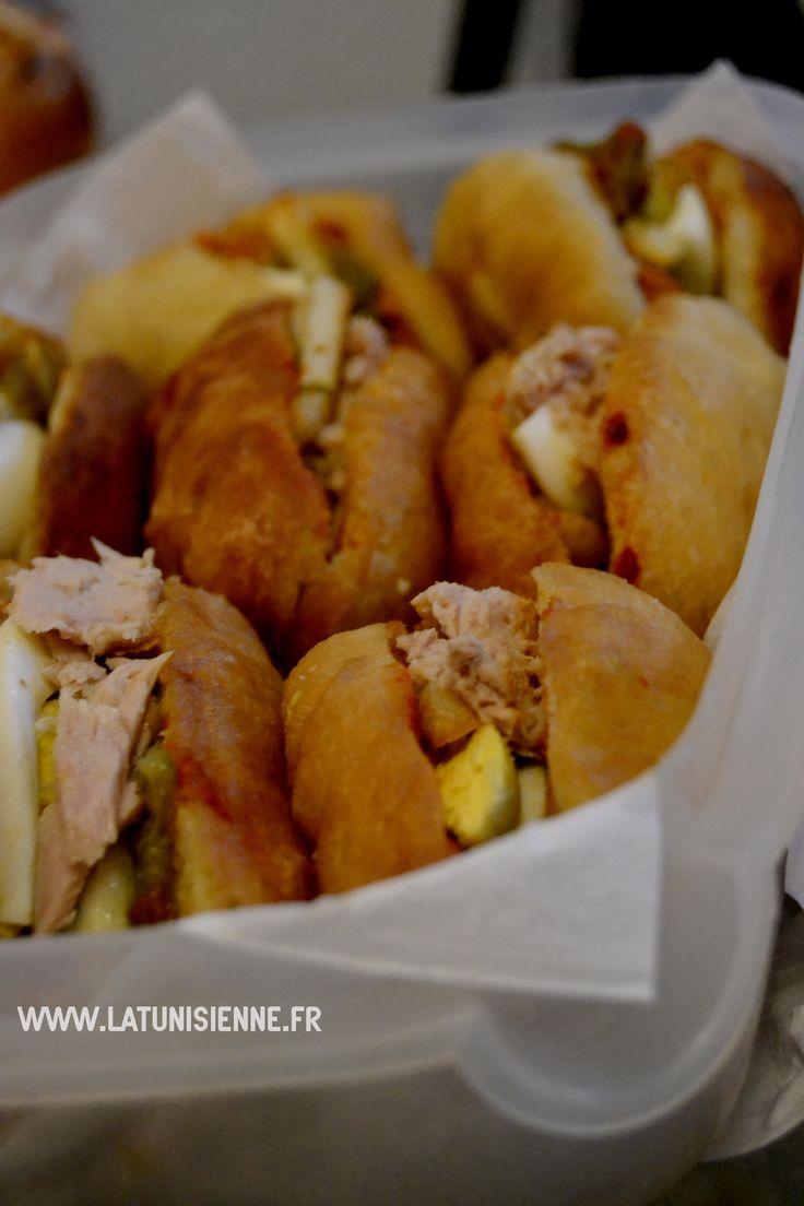 Ahhh le fricassé tunisien… la star des en-cas en Tunisie. Une petite faim, ne cherchez pas :il y aura toujours au coin d'une rue de Tunisie un vendeur ambulant de fricassés. Pour 500 m…