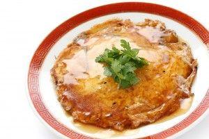 Foo Young eieren  Een Oosterse omelet met allerhande restjes (Aziatische) groenten en een lekker sausje.