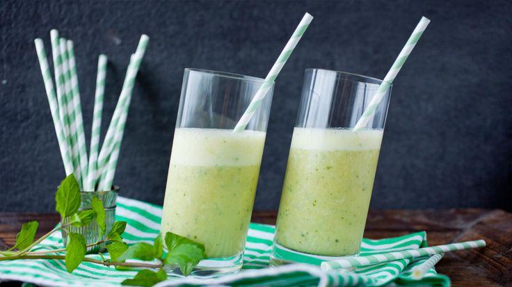 Bruk fersk frukt, melk, kokosmelk, soyamelk, yoghurt eller iskrem etter smak og behag. Prøv også avokado, agurk og nøtteoljer for ekstra sunnhet. Bruk en blender eller hurtigmikser og pass på at glassene du skal bruke er skikkelig kalde.