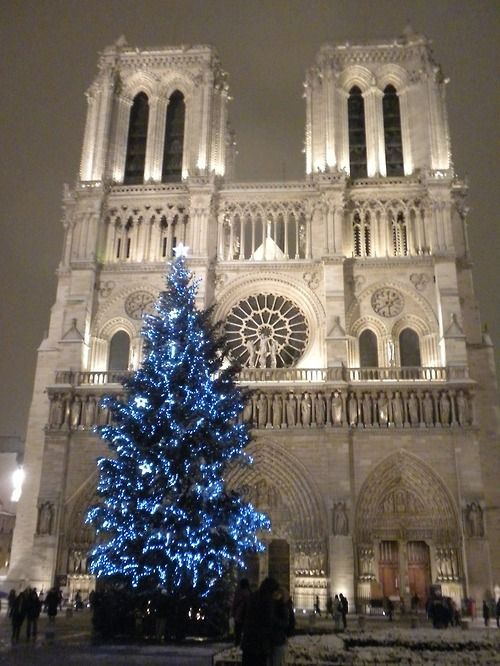 Christmas at Notre Dame, Paris. My heart hurts cuz of how bad I want to be there.