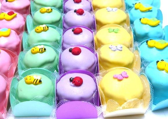 PÃO DE MEL Todas as opções de pão de mel podem ser recheadas com doce de leite, chocolate, coco, morango, maracujá e limão. O banho pode ser de chocolate ao leite, branco ou colorido. Há opções de pães de mel com decoração simples (risquinhos de chocolate colorido) e decoração personalizada : confeitos de açúcar ou papel de arroz (temas variados), iniciais e nome, etc. EMBALAGENS:  DOCE DE FESTA: Forminha 4 pétalas + forrinho de celofane + Mini pão de mel recheado (decoração simples) = R$…