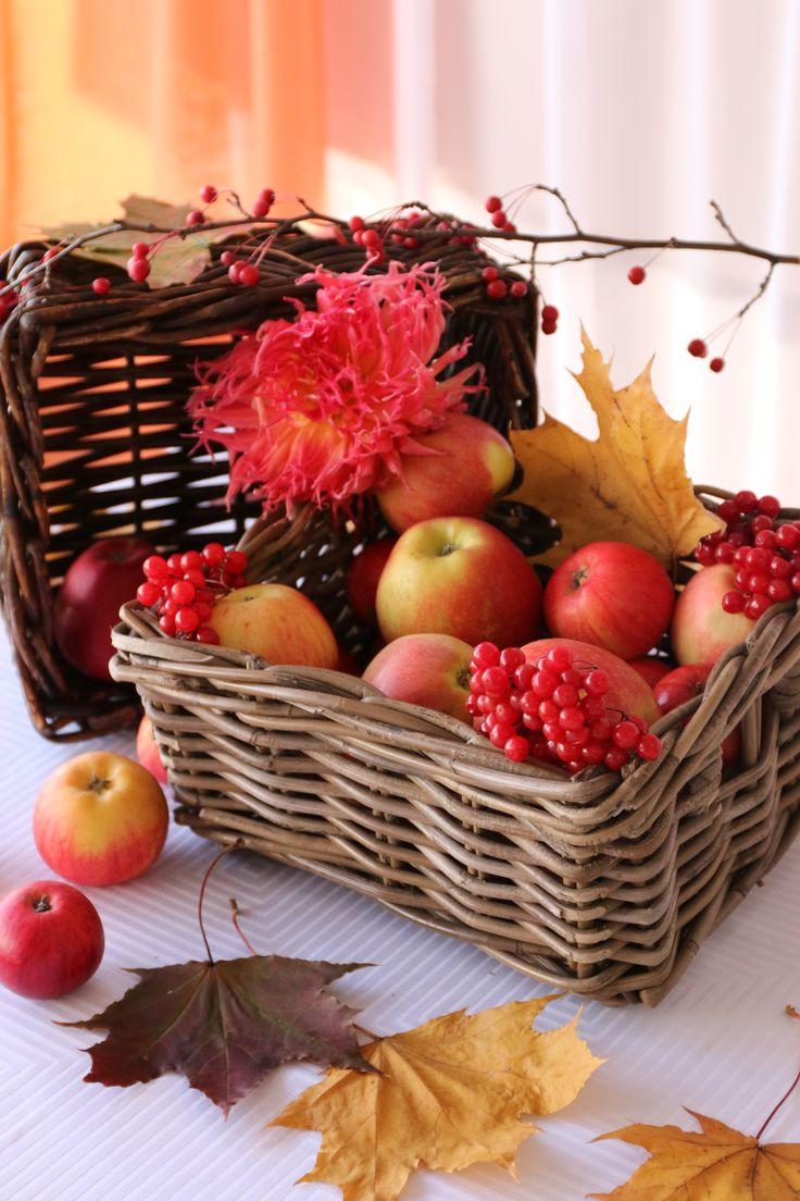 Осенняя свадьба. Декор на стол жениха и невесты, корзины с яблоками, листьями и цветами.