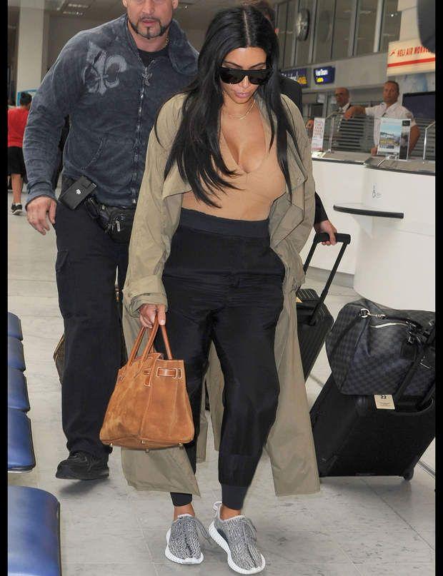 Kim Kardashian et ses runnings tendanceLa starlette de téléréalité choisit une tenue ultra-chic lors de son arrivée à l'aéroport de Nice, qu'elle booste avec des baskets tendance. On ne sait pas pour vous, mais nous on valide !