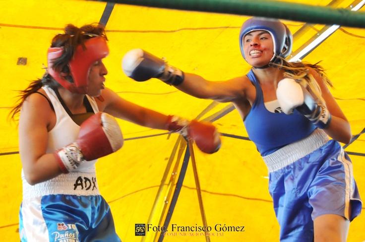 Nezahualcóyotl, Méx. 22 Abril 2013. No obstante el vistoso sangrado en la nariz, Ana Sandoval (azul y blanco), fulminó a Sharon Morales.                                                                                                                                                                               Foto. Francisco Gómez