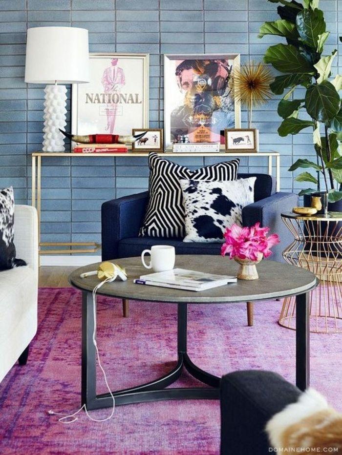 couleur tendance salon, revêtement mural bleu, plante verte, console haute, table basse ronde