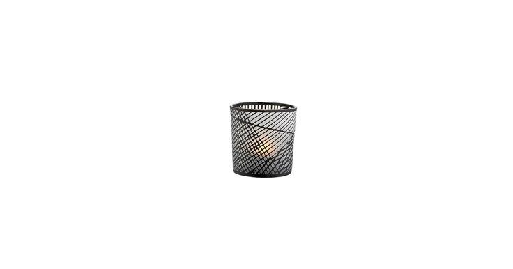 Skab varm hygge med Lines tealight, der er lavet i glas med grafiske linjer, der danner et smukt skyggespil.