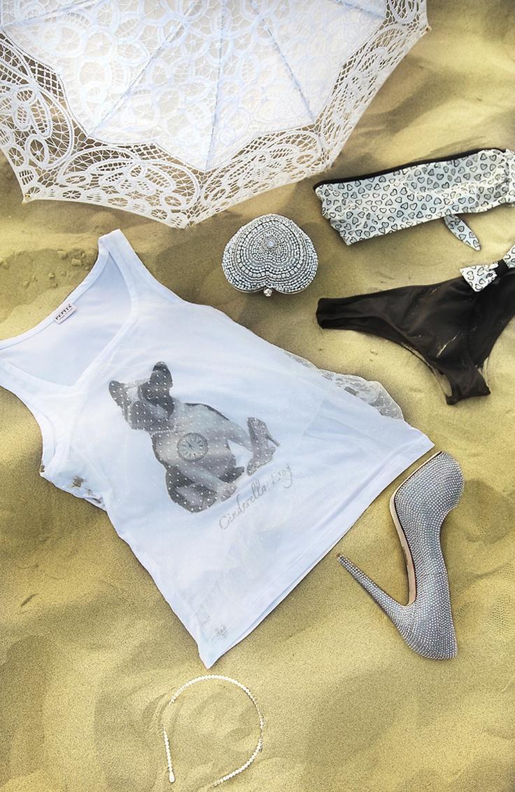 Cinderella Fascia.  Bikini a fascia stampa a cuori, slip nero con fiocco.  Cinderella Top. Top in viscosa con stampa cinderella dog, doppiato con tulle laminato argento