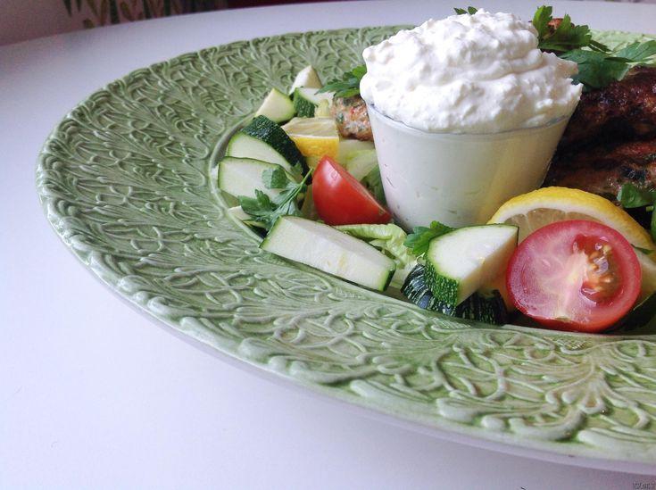 Min man är ett stort fan av fetaost och jag av sås. Här kan vi återigen kombinera våra viljor på ett bra sätt – Fetaostkräm! Vansinnigt enkelt och gott. Tryck nedan för att komma till receptet! Till drygt 1 dl fetaostkräm: 150 g fetaost 1/2 dl cream fraiche/smetana 1/2 dl turkisk/grekisk/rysk yoghurt eller samma mängd...