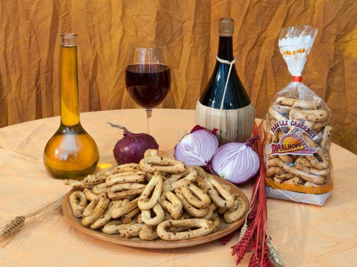"""Dal gusto forte e inconfondibile, I taralli alla cipolla sono lavorati a mano con ingredienti naturali e senza conservanti. Ingr.: farina""""00"""", vino, olio d'oliva, sale, cipolla disidratata. http://www.makehandbuy.com/taralli-alla-cipolla-confezioni-da-300-gr-7975.html"""