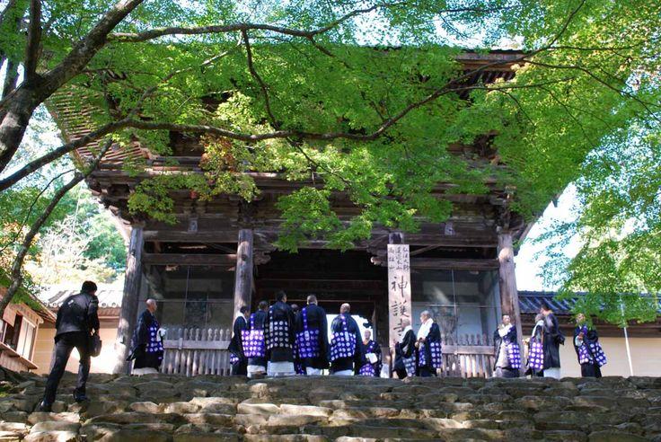 京都  神護寺。三門前の石段を登る僧侶たち。法要が営まれるのであろう。