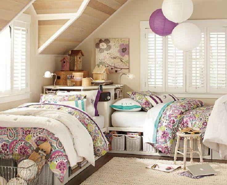 ベッドの下の棚に白いバスケットを並べて収納している女の子のベッドルームです。ベッドリネンもかわいらしいデザインでまとめています。頭の位置を揃えていますね。