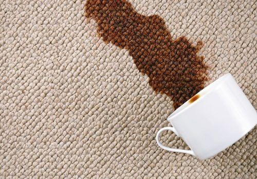 O pata de cafea de pe o fata de masa dispare daca e frecata cu un galbenus subtiat cu putina apa calduta.