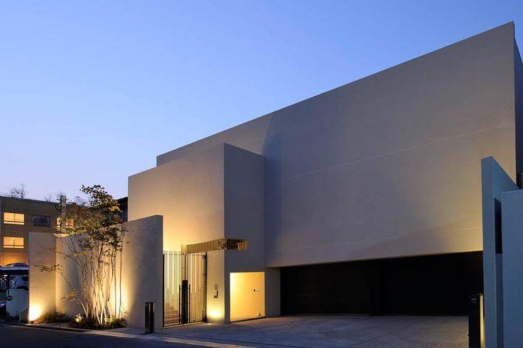 コンクリート・RC造の家 大きなオリーブの木と水の庭が迎える家 アーキッシュギャラリー