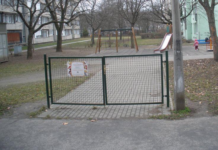 Kapu kerítés nélkül. Földvári tér