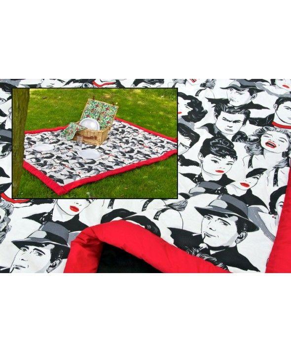 """""""ekende Hollywood sterren uit de jaren vijftig.  Een erg arbeidsintensief picknickkleed omdat dit picknickkleed vanwege het verspringende patroon niet in rechte lijnen kon worden doorgestikt. (doorstikken is nodig om de fibervulling op zijn plek te houden)  Het picknickkleed is extra groot van formaat plusminus 160x210 cm, kan na gebruik worden opgerold tot een pakketje van plusminus 22x37 cm.""""…"""