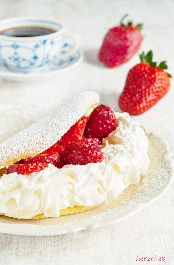 Erdbeeren Rezepte: Besser als jede Torte! Rezept für Schaumomelett mit Erdbeeren und Sahne.