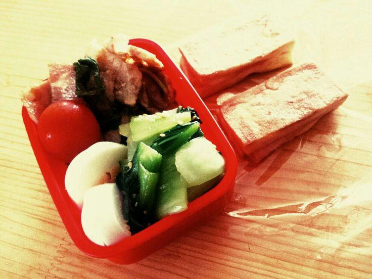 5/9 高野豆腐ホットサンドハムチーズ、青梗菜の中華和え、豚肉とラディッシュ葉の塩レモン炒め、ゆで卵、ミニトマト