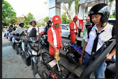Mulai 1 Agustus, Beli BBM di SPBU Harus Pakai Helm - Motor Ganteng