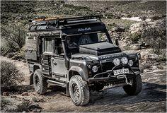 VEÍCULO DE AVENTURA - LAND ROVER DEFENDER ICARUS  Land Rover Defender Icarus foi convertido para uma versão de camping construída pela empresa sul-Africana Alu-Cab. Jeremy Bergh e sua equipe na Alu-Cab queria construir um todo terreno com todos os apetrechos, e nós temos que concordar, o Icarus Defender é, sem dúvida, um veículo muito impressionante. Veja mais detalhes impressionantes.