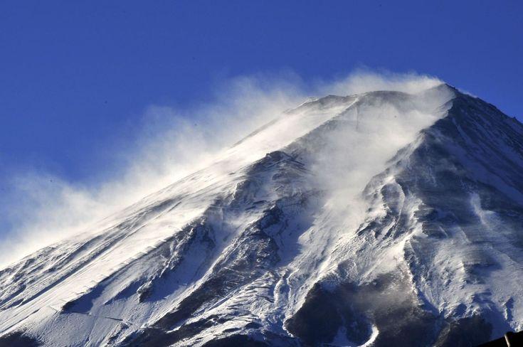 富士山頂付近で強風にあおられて巻き上がる雪煙=25日、山梨県富士吉田市 富士山頂付近で25日、雪化粧した山肌に強い風が吹きつけ、青空の下、白い「雪煙」が鮮やかに立ち上った。  気象庁によると、富士山頂は24日夜から雪が降ったとみられる。また...