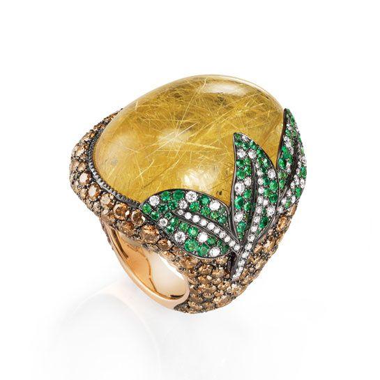 De Grisogono. Bague Melody of Colours en or jaune, quartz rutilite, diamants et émeraude
