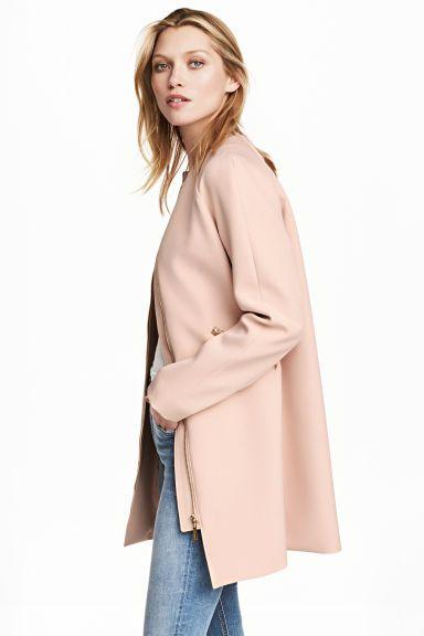 Manteau court: Manteau court en tissu de bonne tenue. Modèle avec fermeture à glissière devant et poches obliques zippées. Doublé.