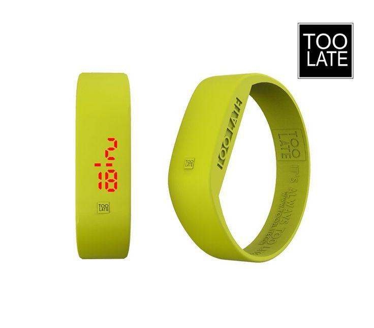L'orologio digitale Giallo Acido della Toolate è un bracciale monocromatico minimal, lineare, unisex, che regala una nota di colore al tuo polso: basta un tocco delle dita per accendere l'orario sul quadrante.