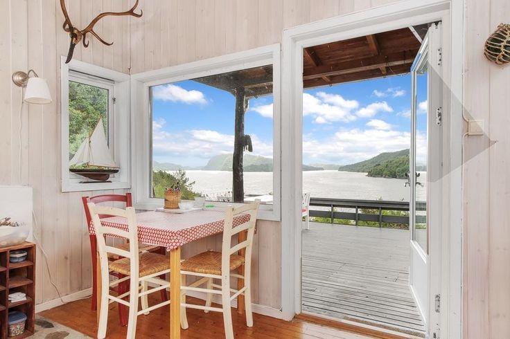 FINN – Myking: Flott hytte med nydelig beliggenhet og herlig sjøutsikt.Bruksrett til naust.