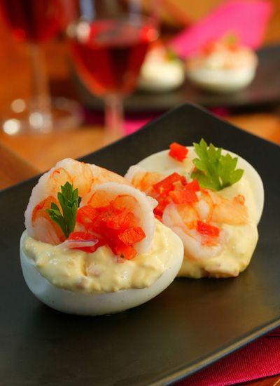 Huevos montados. Sirva estos huevos como entrada antes de una cena, como pasabocas en una reunión, o como tapas en una noche española, acompañados de otros platos como pulpo a la gallega, gambas al ajillo y habas con jamón