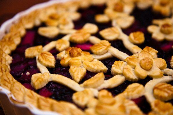 Von Grund auf neu gemacht: Apfel-Brombeer-Kuchen mit floralem Mürbeteiggitter   – Fooodddd