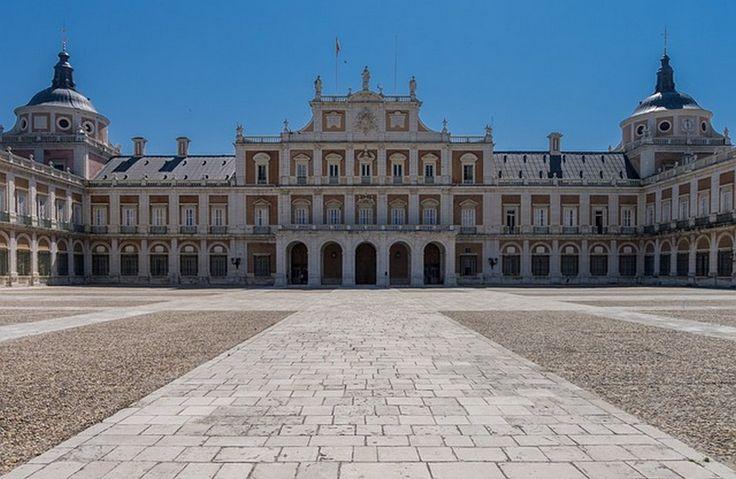 Palácio Real de Madrid | Um ano depois de ter conseguido implantar escolas elementar para meninos, Carlos III conseguiu com êxito que se fundassem casas de ensino para meninas | Em 1768 promove a reforma do ensino secundario e, posteriormente, a reforma universitaria.