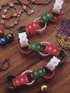 Christmas Chain in Plastic Canvas (free pattern) What a great idea for use year after year!