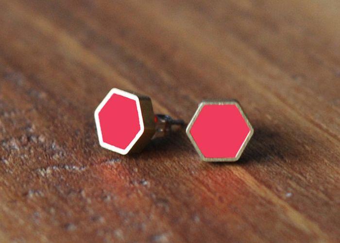 Mös ørestikker Neonpink- Hexagon  ørestikker – smykker – neonpink – Møs smykker – Mös smykker – Sabine Møller – Design – Designsmykker – Kuglekæde – Mös smykker – Møs smykker – design – smykker – unikke smykker – webshop med smykker – smykker online – designersmykker online – farverig smykker – gode ideer til opbevaring – mandelgave – inspiration til gave