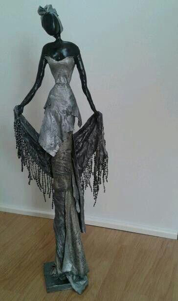 Afrikaanse vrouw van klei en afgewerkt met paverpol. Made by me