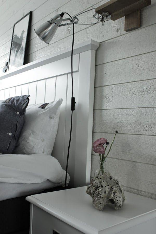 vit sänggavel, huvudgavel, trägavel, klämspot, sänglampa, ikea, vitt, inspiration sovrum, ranunkler, rosa, blommor, på sängbordet, eightmood sängkläder, inredning, inreda sovrum, vit panel, liggandel panel på väggen, korall
