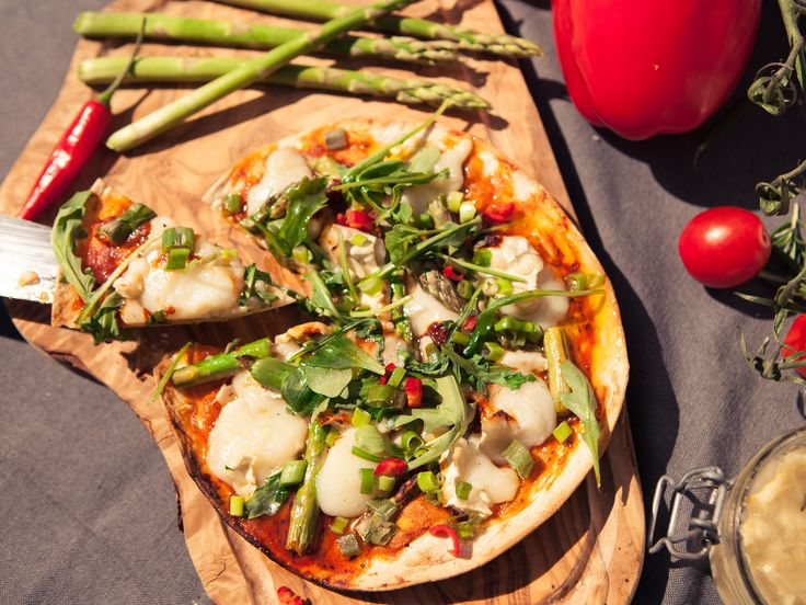 Pizza på grillen med chèvre, sparris och vitlök | Recept från Köket.se