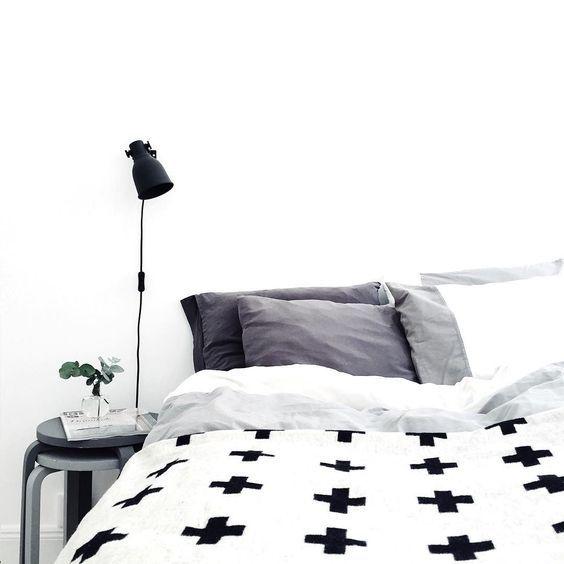 Scandinavische slaapkamer met grafisch zwart-wit dekbed