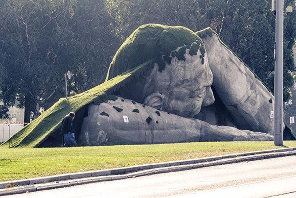 Появился – #Венгрия #Будапешт (#HU_BU) Самое подходящее для Хэллоуина произведение современного искусства. Будете в Будапеште - не пугайтесь!  ↳ http://ru.esosedi.org/HU/BU/1000234555/poyavilsya/