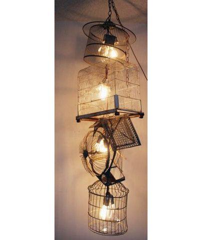 """Que tal transformar gaiolas antigas em uma luminária? Esta aqui foi envelhecida para ficar com aspecto rústico. São cinco gaiolas """"conectadas"""" sem nenhuma ordem. Aideia veio daqui."""