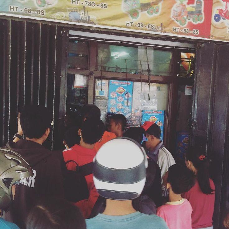 Suasana antrian di toko penjual kembang api di bilangan Jl. Wahidin. Deretan penjual kembang api kaki lima juga mudah ditemui sepanjang jalan di Denpasar.  Hati-hati tetap jaga keselamatan jauhkan anak-anak. Biar nggak senang sehari menyesal seumur hidup.  Badan Penanggulangan Bencana Daerah Kota Denpasar bisa dihubungi dinomor 0361-223333  Selamat Tahun Baru