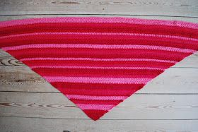 I dag får du en gratis opskrift på et superenkelt tørklæde, som du kan hækle på et par aftener.   Garnet, der er b...